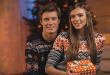 Attraktivt par hygger juleaften